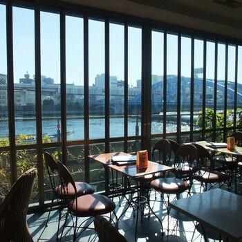 隅田川沿いに建ち、店内からスカイツリーも見ることのできる話題のカフェです。リバーサイドカフェらしく、窓は大きく作られており自然光がたっぷりと入る明るいお店です。夜にはライトアップされたスカイツリーや吾妻橋を眺めながら食事やお酒を楽しむことができ、デートにもぴったりのカフェですよ。