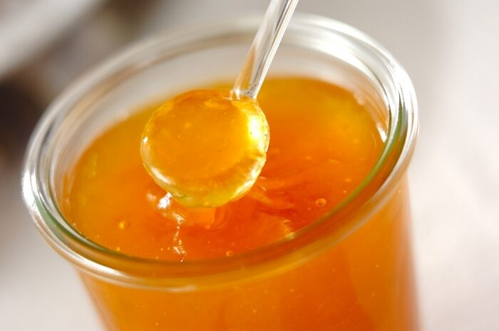 梅の季節が巡ってきたら、ぜひ作っておきたい調味料が「梅ジャム」です。材料は黄梅とハチミツ、砂糖だけ。下準備として、水洗いしてヘタを取り、皮が破れるまで弱火で煮ておきましょう。一旦冷ましてから少量の水の中で種を除き、果肉を一煮立ちさせハチミツと半量の砂糖で5分煮ます。残りの砂糖も加えトロミが付いたら完成。 冷めると固くなるので、煮詰めすぎないことがポイントだそう。熱いうちに瓶に移してしまいましょう。