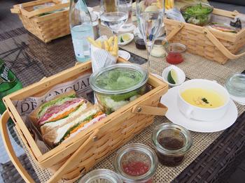 お食事もまさにガーデン風。まるでピクニックに来たような可愛らしいバスケットに乗ってお食事が運ばれてきます。女子会やお子様連れのファミリーにも人気のお店ですよ。夜にはワインやカクテルなどお酒の種類も豊富に用意されているので、ライトアップされた東京タワーを眺めながら、食事を楽しめますよ。