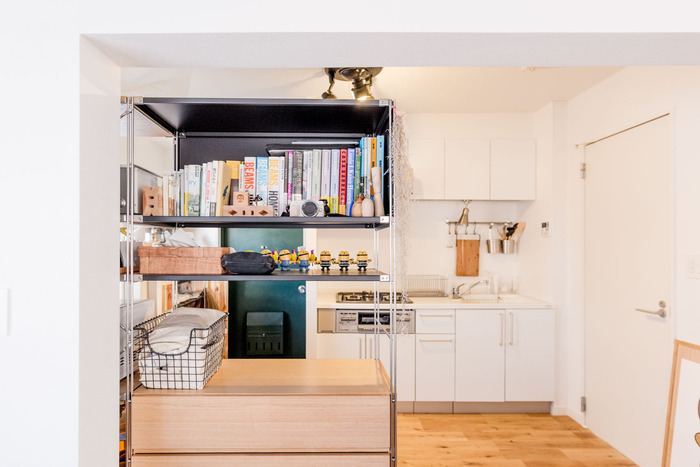 こちらは、隣の部屋との仕切りも兼ねてシェルフを設置した優れたアイデア。 生活スペースとくつろぎスペースが解放感を保ちながら区切られています。