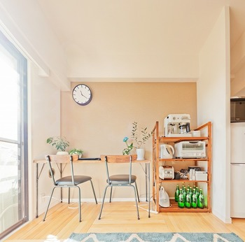 キッチンと同じ空間に家電置き場を作ることが難しい場合は、シェルフにまとめて別の部屋に。 白で統一された家電が、木目のシェルフと爽やかなコントラストになってインテリアとしても素敵です。