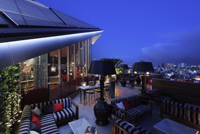 「Hacienda del cielo(アシエンダ デル シエロ)」とは、スペイン語で「空の家」という意味を持ちます。その店名に相応しい造りのおしゃれな店内は、リゾート感溢れるテラス席が広がります。テラス席でありながらゆったりとしたソファーが用意されているので、東京の夜景を眺めながらゆっくりとお食事やお酒が楽しめますよ。