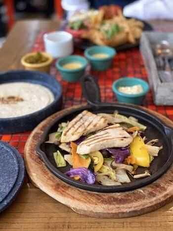 タコスやワカモレなど、モダンメキシカン料理を中心となって提供されています。イタリアンなどいつものお食事に少し飽きてきた方にもぴったりのお料理ジャンルですよ。夜景の楽しめるディナータイムはもちろん、昼間はどこまでも広がる空を見上げながら爽やかなランチタイムが過ごせます。