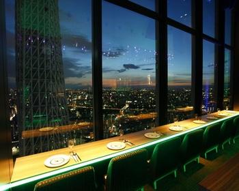 東京スカイツリータウン・ソラマチの31Fにある「天空LOUNGE TOP of TREE(ラウンジ トップ オブ ツリー)」は、地上150mから大変美しい街並みの眺めを楽しめるお店です。更に目の前には臨場感のあるスカイツリーが聳え立ち、ここでしか出会えない景色を大きな窓から眺めることができます。まさに極上の夜景を目にすることができますよ。