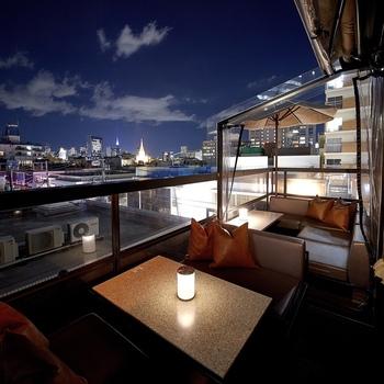 「マーサーブランチテラスハウス 東京」は、表参道徒歩2分の場所でありながら、デザイナーズビルの屋上から街並みを一望できる、眺めの良さと開放感が特徴的なおしゃれなお店です。テラス席は人気ですが、店内も全面ガラス張りとなっているため、明るく開放的にお食事が楽しめますよ。