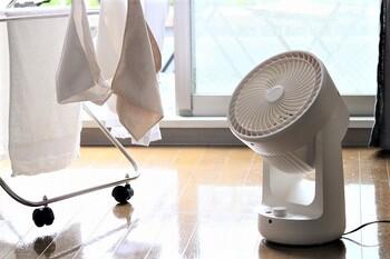 洗濯物に向けて直接風を当てれば、室内干しの時短に。梅雨時期などなかなか乾かない時のお悩み解決になります!生乾きのニオイやカビの発生も抑えられますよ。