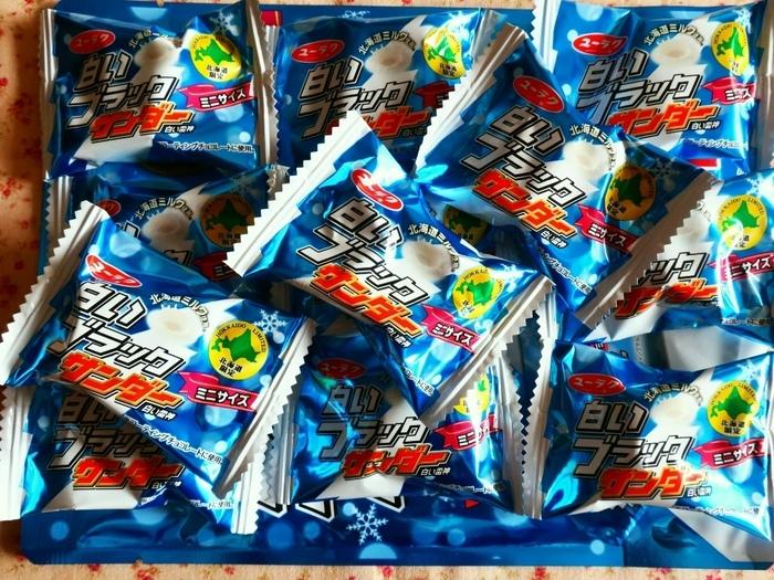 大人気のチョコレート菓子。ブラックサンダーのホワイトチョコレートバーション!一度食べたらやみつきになっちゃうかも!?ミニサイズはばらまき用のお土産にぴったりなサイズ感。賞味期限は製造より180日です。