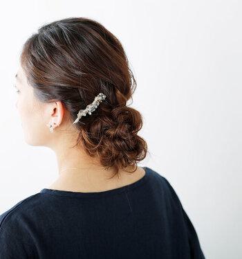 ヘアにすっと挿し込むだけで、シンプルなドレススタイルにちょうどよい華やかさをプラスできる、天然石のブランチコーム。水晶が光を集め、キラキラと輝きます。
