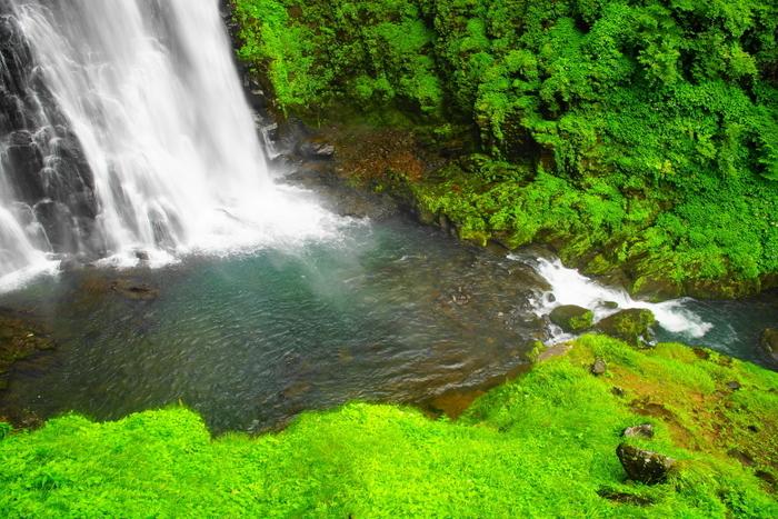 番所大滝からはマイナスイオンがたっぷりと放出されています。心地よい高原の空気を肌に感じ、エメラルドグリーンに輝く滝壺を眺めながら、滝が発するマイナスイオンを浴びる気持ち良さは格別です。
