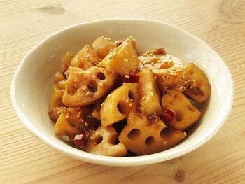 甘辛い味付けでご飯も進む、レンコンのかつお炒め。しゃっきりした食感を残こすために、レンコンは炒めすぎないのがコツ。かつおの風味をしっかりつけるために、和風だしの素も加えて作ります。