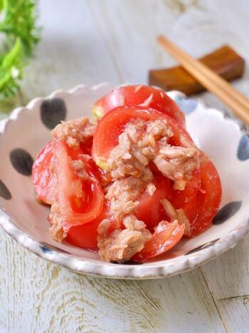 トマトとツナにポン酢と砂糖などの調味料を和えた一品。ツナ缶は保存がきくので、常にストックしている人も多いのでは? 何かと使えるツナを使ったレシピは覚えておきたいですね。