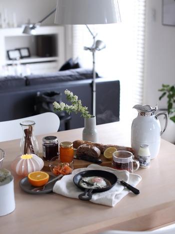 最近はフライパンと一口に言っても、可愛い形のころんとしたデザインもあり、そのまま食卓へもっていきやすいですよ。 スキレットを耐熱皿として代用して、フル活用するのもいいですね。