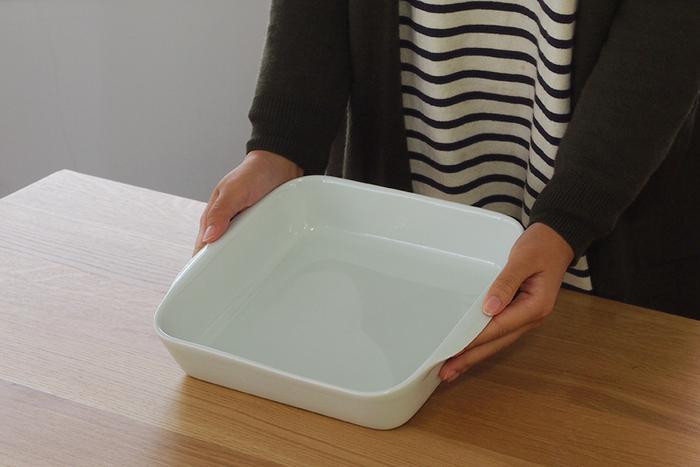ピリヴィッツでおすすめの耐熱皿は、「オーブンウェア スクエア ローストディッシュ」。無駄のないデザインで、ぽってりとした白いツヤ感が美しいですね。