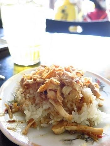 ベトナムの鶏おこわ「ソイガー」は、現地の人々の暮らしに定着している庶民の味。甘いサクサクのドライオニオンがのっているのが特徴のようです。たまには、こんなおこわも楽しいですね。