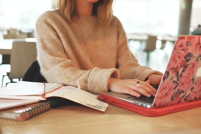 """休み時間を取ることなく、長時間座椅子に座ってパソコン業務などを続けていると、キーボードを触るような""""手を前に出す姿勢""""が固定されてしまい、正しい姿勢をキープすることが難しくなっていく傾向にあります。 またお尻のどちらか片方に体重を乗せて座っている人も多いため、これが全身のバランスの崩れに繋がり、首や肩、腰にも負担をかけてしまう原因に。"""