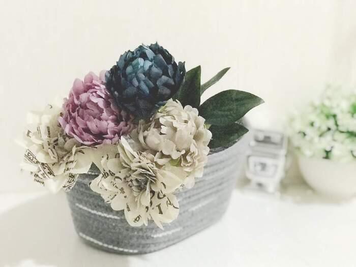 ボリューミーなダリアのフェイクフラワーをかごに入れて飾っています。生花では出せないプリント柄がユニークで、遊び心が感じられます。