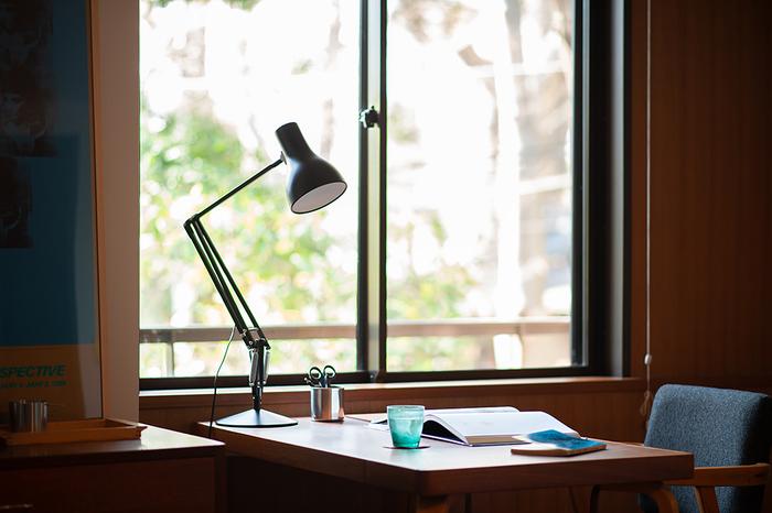 80年以上にわたってランプをつくり続けている、イギリスの「ANGLEPOISE(アングルポイズ)」社のデスクランプ。この「タイプ75」は、1970年代に製造されていたモデルを、デザイナーのケネス・グランジ氏により新シリーズとして2004年にリデザインさせたもの。