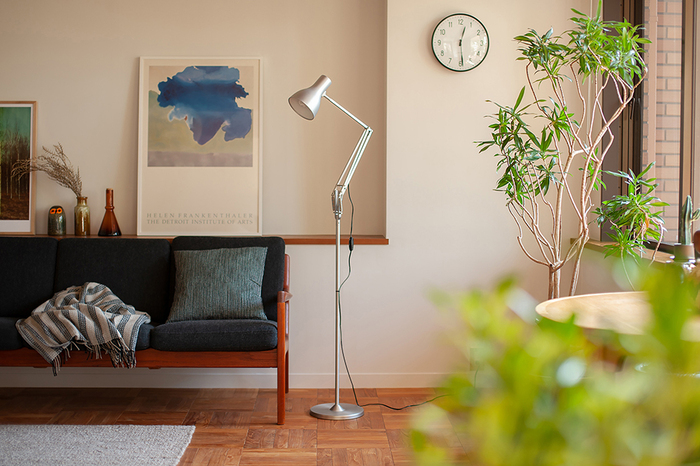 デスクランプの台座を外して別売りのフロアスタンディングポールに取り付けると、お部屋の間接照明に早変わり。付属の六角レンチとビスを使うだけで、特別な工具は不要なのもうれしいポイント。
