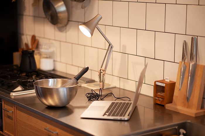省スペースで場所を取らないので、キッチンや子供部屋などでも使用できます。マイクロUSBのソケットが付いているので、付属のUSBケーブルを使用し、パソコンやモバイルバッテリーにつないで使用が可能。