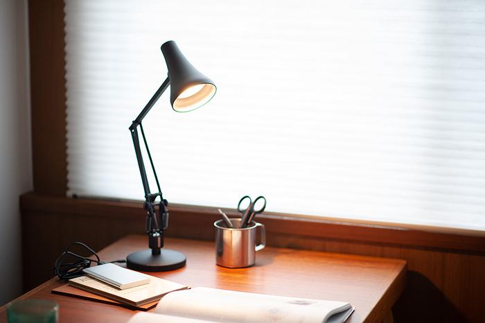 1970年代に人気を博した「Model 90」というスタンダードなデスクランプをコンパクトにリデザインしたのが、こちらの「90 MINI MINI」。LEDを使用しているので調光が可能で、お好みの明るさに調節して使用できます。