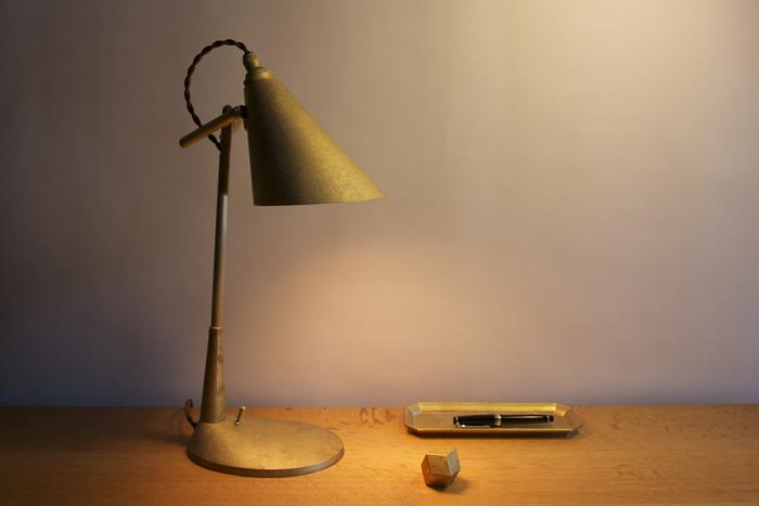富山県高岡市の老舗鋳造メーカー「二上」が立ち上げた、真鍮の生活用品ブランド「FUTAGAMI(フタガミ)」のデスクランプ。鋳肌のままの無塗装・無垢の真鍮で作られているランプは、どこか趣ある佇まい。