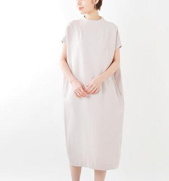 丸みを帯びたラインがが大人のかわいらしさを演出してくれるコクーンシルエット。コンパクトなモックネックが装いにきちんと感をプラス。柔らかなオフベージュカラーは優しい雰囲気に。