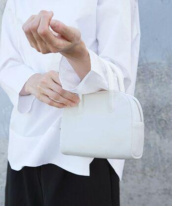 肌に馴染むディアレザーで作られたミニボストンバッグ。洗練されたシンプルなデザインが、ドレスの特別感をさらに引き立ててくれそうです。