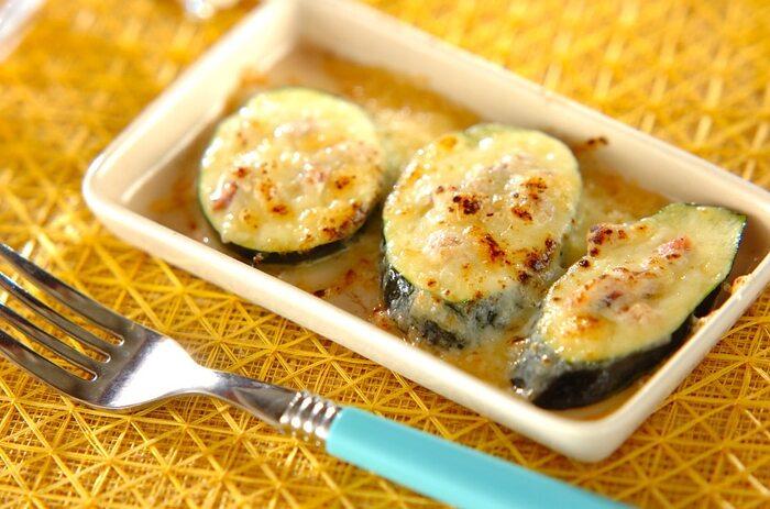 イタリアの野菜ズッキーニは、アンチョビと一緒にチーズ焼きに。具材をのせて焼きあげるだけ。チーズ焼きはほったらかしでできるので主菜を作っている片手間で作れます。子供も大好きなチーズ焼きは、忙しい日の副菜におすすめ。