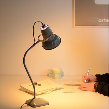 細かいものを取り扱ったり裁縫などの細かい作業をするときはいつもより目が疲れますから、手元をデスクライトで照らすとよいでしょう。温かみのある電球色の明かりは目が疲れにくくオススメです。