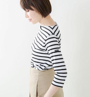ボートネック&七分袖がフェミニンな薄手のコットンカットソー、「MORLAIX(モーレ)」。すっきりとしたデザインのおかげで重ね着しやすく、家事やデスクワーク...日常生活での動きを妨げることがありません。お家タイムも品良く美しく過ごす女性の姿を連想させます。