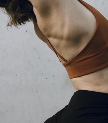 肩甲骨はがしなど、肩こり解消の方法がさまざま紹介されていますが、ここではタオルを使って気軽にできるストレッチを紹介します。 1.フェイスタオルを持ち、肩幅より少し広めに足を広げて立つ。 2.手を上にあげて胸を広げるストレッチ×3回 3.手を上にあげてお腹を伸ばすストレッチ×3回 4.手をあげた状態で左右に倒し脇腹を伸ばすストレッチ×4セット 5.タオルを掴んだ手を背中にまわして肩甲骨を動かすストレッチ×4回
