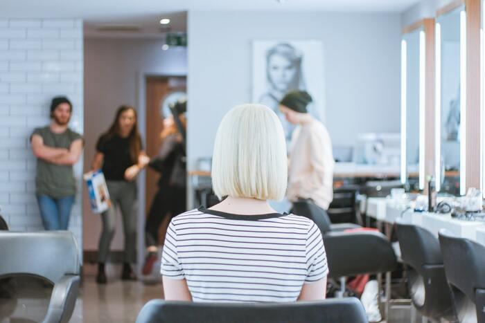 例えば、新しい季節を迎えて、髪型を変えたくなった時。 ヘアサロンを予約して当日を迎えるまでの間、雑誌のモデルさんや、すれ違う人のヘアスタイルについつい目が向くことはありませんか?  「どんな髪型にしようかな?」「カラーはどんなトーンにしよう?」と、頭の片隅に気になるテーマがあるだけで、それまでは一つの風景に過ぎなかったたくさんの人々にアンテナが次々反応してしまう、あの感覚。それを読書で意図的に実践するのです。