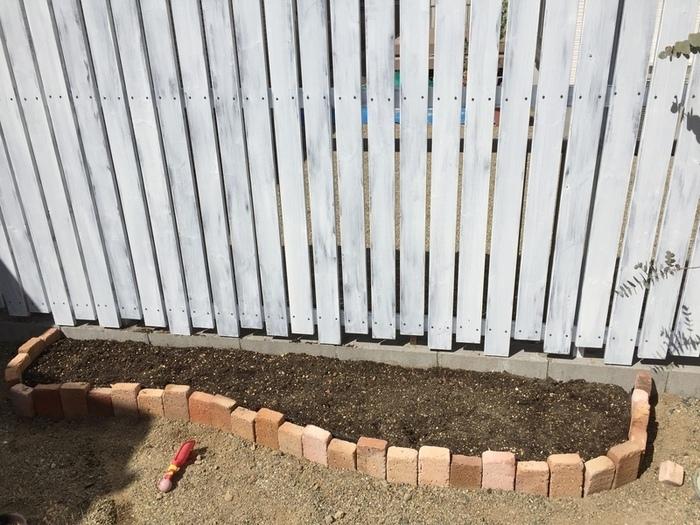 根が伸びる深さを考慮して掘り返し、植物の成長を妨げないように小石などを取り除くこともポイントです。 「あぜシート」を立て、漏水や崩れを防ぎましょう。  レンガに高低差を出すと変化が出て表情豊かに仕上がります。 元々の土をそのまま使うより、花や植物の専用土を入れたほうが育てやすくなりますよ。
