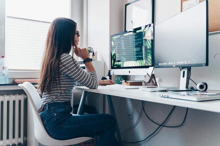 家での仕事や勉強時間が続くと、デスクに前かがみになった姿勢を維持することで、背中が丸くなりバキバキに。背筋を鍛えて疲れにくい体をしましょう。背筋トレーニングと言えばうつ伏せになって上半身を持ち上げる動きが一般的ですが、あごを上げて頭から上に持ち上げるために腰に負担がかかる間違った動きをしている人が多いのだとか。