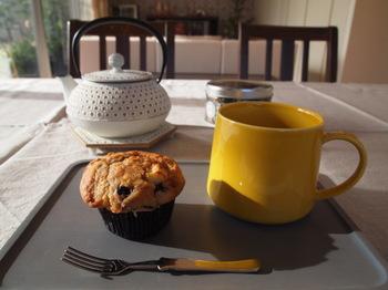 紅茶を淹れるのにもぴったりな南部鉄器の急須は、スコーンのような洋菓子と並べても◎ イエローのマグカップとセットして、おうちカフェをおしゃれに楽しんで。