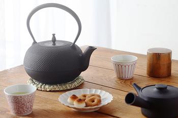 ちょっとした駄菓子でも、南部鉄器の急須で淹れたお茶とともにいただけば、ちょっと特別なティータイムに。