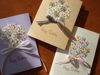 色の付いた厚紙をクラフトパンチで切り抜いて、花束のように。花をカードに貼るときには、丸くくり抜いた別の紙をガイドにするときれいに配置できますよ。