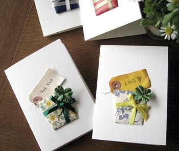 キルト芯を中に詰めて厚みを出したプレゼントボックスをカードに貼り付け。荷札はそのまま貼るのではなく、紅茶やコーヒーで染めておくとシャビーな雰囲気を出せます。