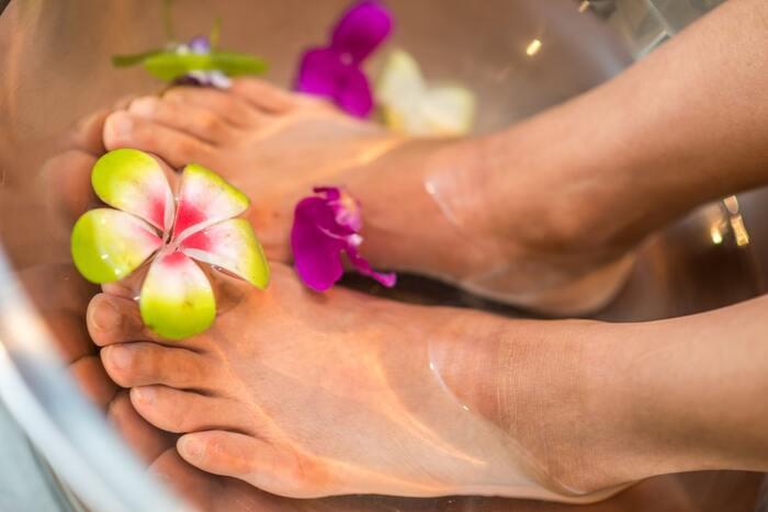 足のむくみを解消するのに大切なのが、ふくらはぎだけでなく足裏やアキレス腱、すねなど全体的に刺激することです。お風呂に入りながらや、フットバスで足を温めて行うと気持ちよいですよ。  1.足裏の土踏まずや凝り固まった部分をほぐす。 2.足首やアキレス腱を軽くつまむようにしてほぐす。 3.膝に向かってふくらはぎやすねを指圧する。 4.老廃物を流すようにふくらはぎを押しながら上に滑らせる。 5.膝裏のリンパ節を揉みほぐす。