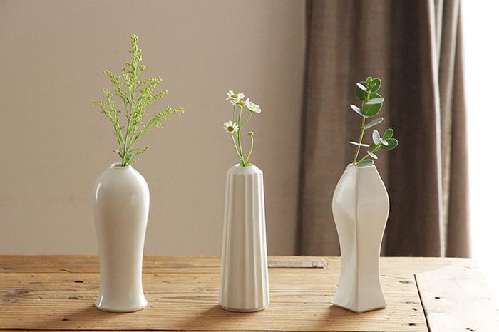 有田焼の今村製陶とデザイナー・大治将典さんの磁器ブランド「JICON(磁今)」。やさしい白とマットな質感で、シンプルながらもそれぞれ個性が光ります。陰影が美しく、どんな植物とも好相性です◎
