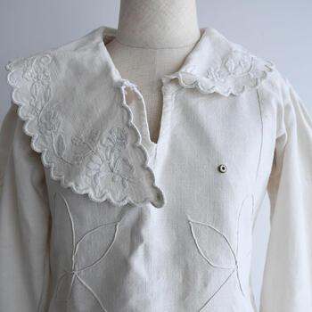 1930代に作られたルーマニア製の古いブラウス。繊細な手刺繍が施されており、一針ずつ丁寧に時間をかけてつくられていることが見て取れます。