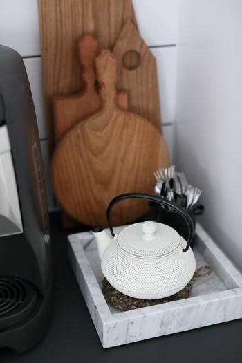 """ポツポツとした模様は、南部鉄瓶を代表する""""あられ""""という文様。肉厚になるため中のお茶の保温効果をUPさせてくれるんです。白はキッチンやリビングなど、どんな場所でもおしゃれに演出してくれますね♪"""
