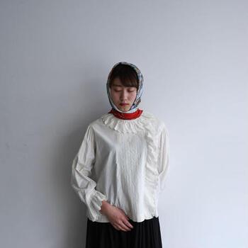 19世紀後半から20世紀初頭のピエロカラーが特徴のブラウス。優しいアイボリーカラーで一枚でさらりと着るだけで雰囲気のある着こなしが完成されます。