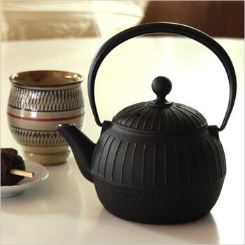 縦に入ったラインがカジュアルな印象を感じさせる鉄急須は、日本茶はもちろん紅茶にもぴったりなデザイン。ステンレス製の茶こしがついているので、お茶を淹れるのも楽チンです。