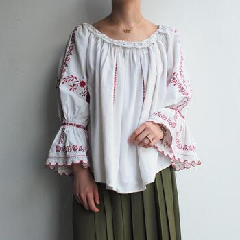 ルーマニア中部にあるランシルヴァニア地方で1960~70年代に作られたヴィンテージブラウス。濃淡の異なる赤色の糸で肩から袖にかけて刺繍が施されているフォークロアテイストのブラウスです。夏はプリム幅の広いラフィアハットを合わせてコーディネートしたくなります。