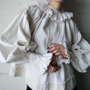 ウクライナ製のヴィンテージブラウス。ボリュームのあるシルエット、そして長めのカフスと肩に施された刺繍、さらには裾に別布で縫い付けられたお直し跡など、ヴィンテージならではの良さが詰まった贅沢なブラウスです。