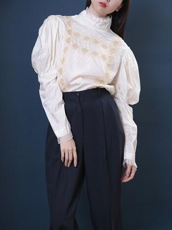 1940年頃のUSAヴィンテージのブラウス。フォークロアテイストのシルエットと刺繍、袖周りの透け感のあるデザインが特徴です。やや光沢感があるので個性のある着こなしを楽しめそう。こういった変化のあるアイテムもヴィンテージならではですよね。