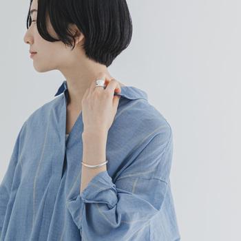 ボタンが隠れる比翼仕立てできちんと感も。肩が落ちたリラックス感のあるデザインなので、襟を抜いてこなれ感を演出した着こなしもおすすめです。