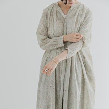 コットンボイルの風合いを生かした柔らかなギャザーが、女性らしさを引き立ててくれます。透け感があるので、一枚で着る際はインナーにペチコートを着用するのがおすすめ。