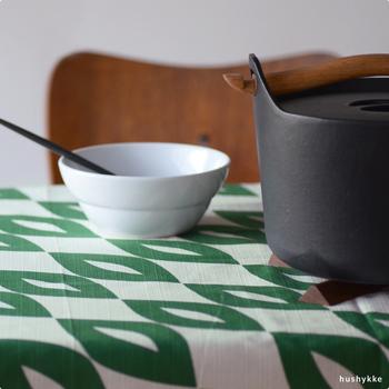 コトノワとフィンランド人デザイナー・ヴィータサロ ユホのコラボレーションによる風呂敷は、生地選びから仕上げまで丁寧に作られています。Aika(アイカ)は白色で白夜を、緑色は夏の自然をイメージしてデザインしたもの。北欧らしいモダンでスタイリッシュな印象です。